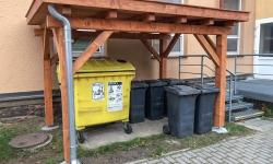 Stání na popelnice se zelenou střechou v Novém Veselí