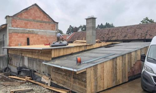 Stavba střechy na Balinách